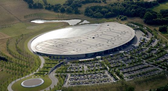 Vista aérea del centro tecnológico de McLaren en Woking