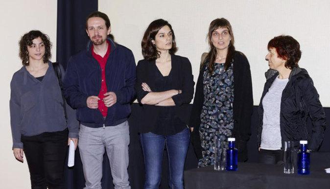 El líder de Podemos, Pablo Iglesias junto a las autoras del...