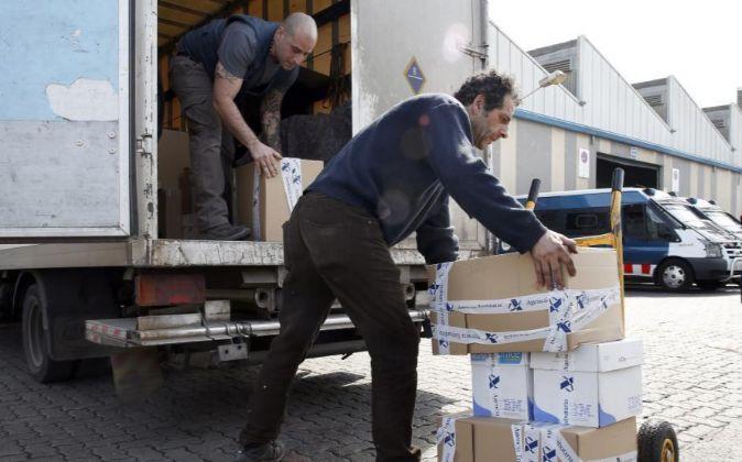 Un técnico de la Agencia Tributaria transporta documentación...