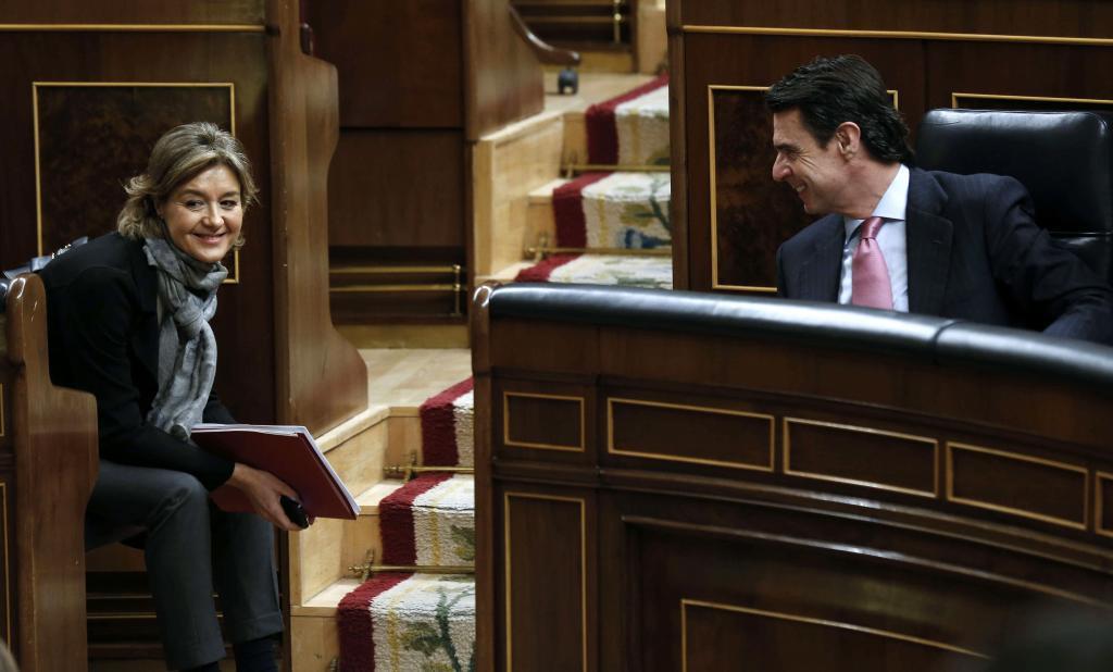 La ministra de Agricultura, Alimentación, Isabel García Tejerina, y...