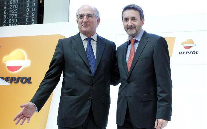 Antonio Brufau, el presidente de Repsol, acompañado por el consejero...