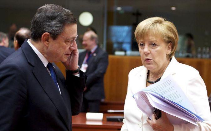 El presidente del BCE, Mario Draghi, y la presidenta alemana, Angela...