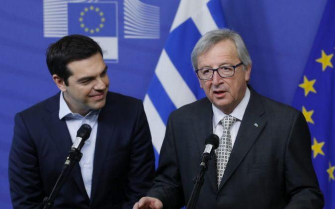 El primer ministro griego, Alexis Tsipras, junto al presidente de la...