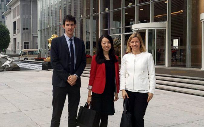 Fernando Goñi, director de relaciones internacionales; Jialing Chen,...