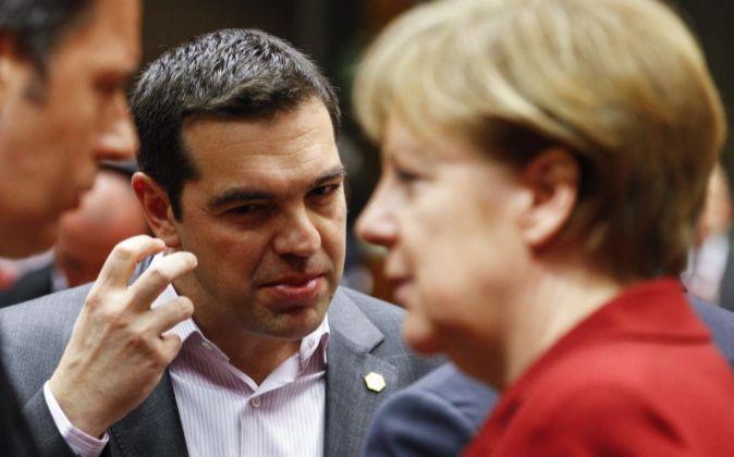 La canciller alemana, Angela Merkel, con el primer ministro griego de...