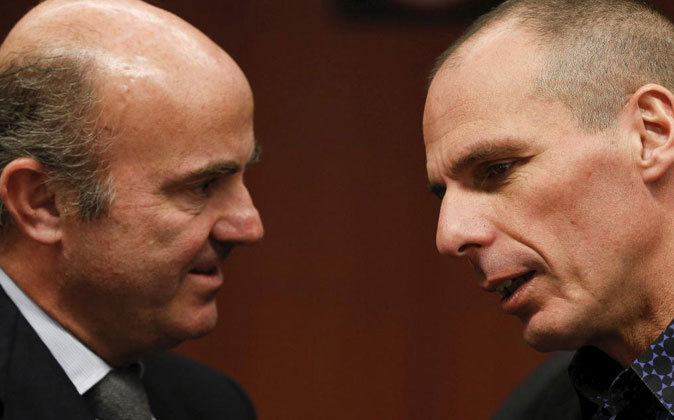 Luis de Guindos conversa con el ministro griego de Finanzas, Yanis...