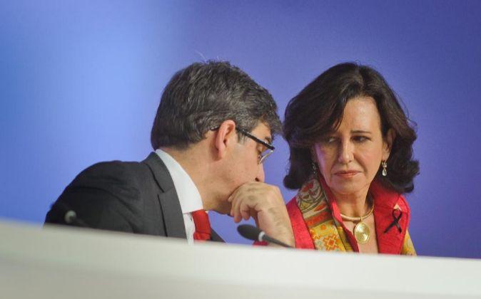 Ana Patricia Botín, presidenta de Santander, en la junta de...