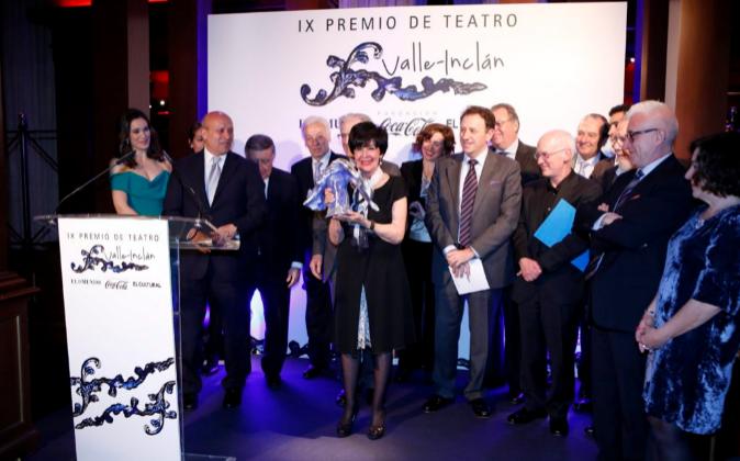 La actriz Concha Velasco posa con el premio junto al ministro de...