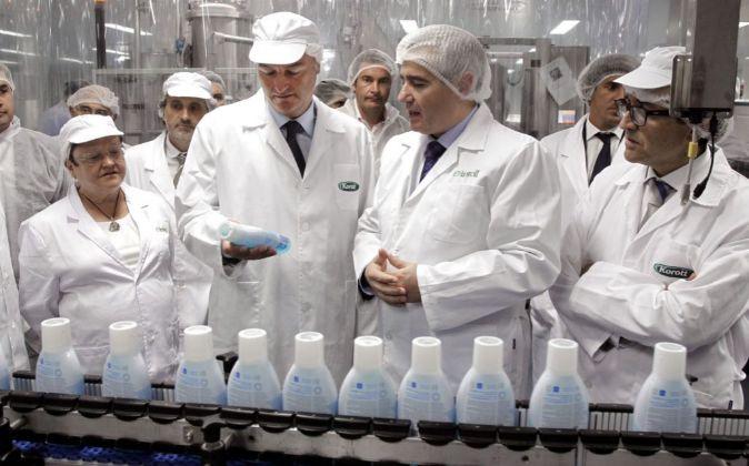 Alberto Fabra, en una visita a la línea de fabricación cuando aún...