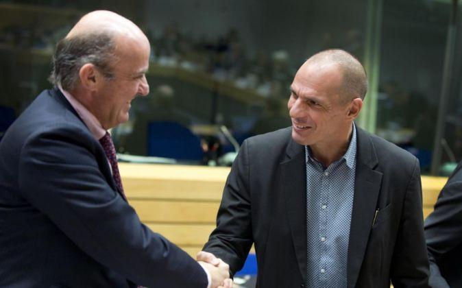 El ministro de economía, Luis de Guindos, saluda a su homólogo...