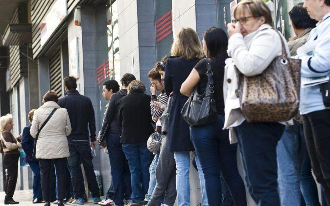 Una cola de parados a las puertas de una oficina de empleo en Madrid.