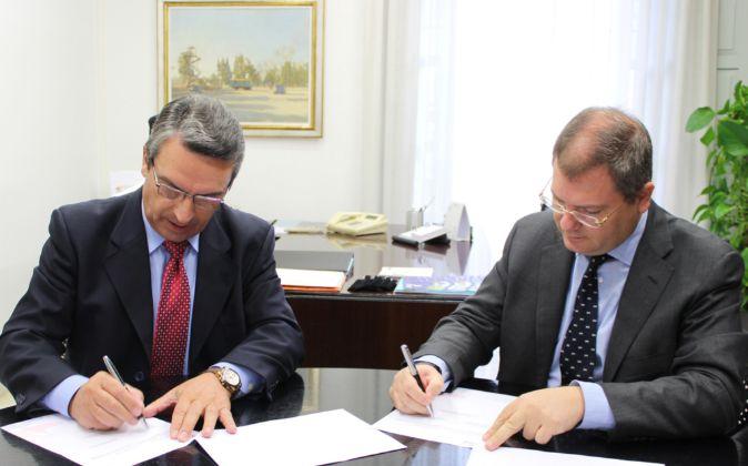 El diputado de Turismo, Ernesto Sanjuán, y el presidente de la Unión...