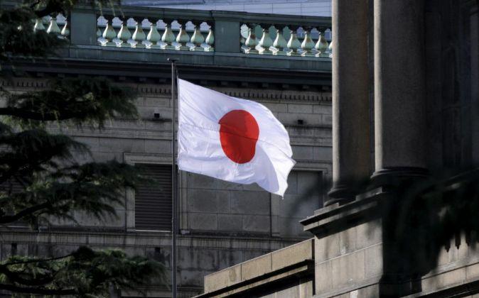 Una bandera japonesa ondea sobre el Banco de Japón.