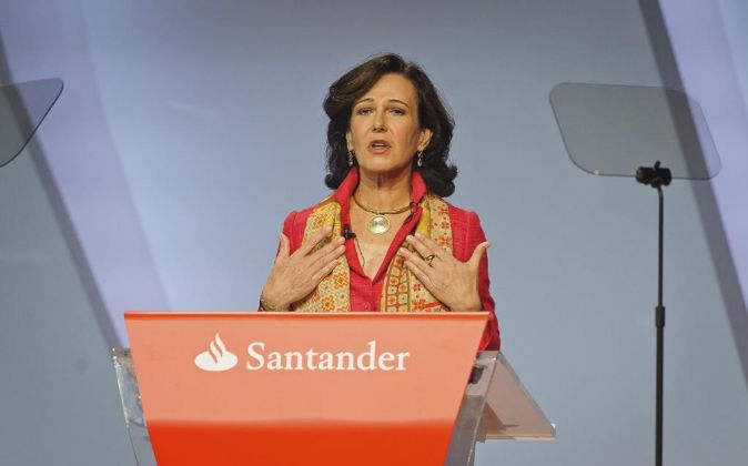 Ana Patricia Botín, presidenta de Santander, en la última junta de...