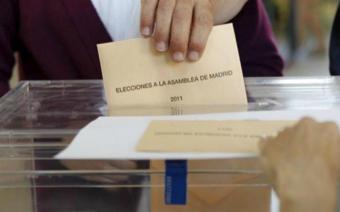 Un ciudadano ejerce su derecho al voto en un colegio madrileño.