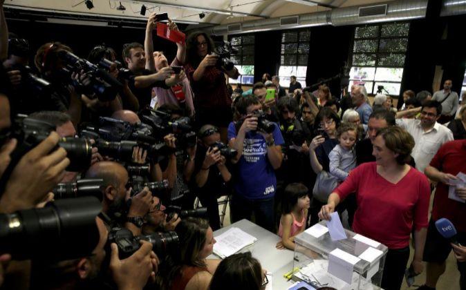 La candidata a la alcaldía de Barcelona. Ada Colau, deposita su voto...