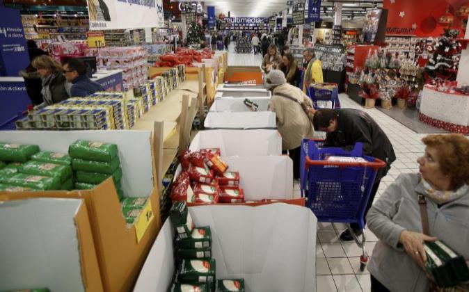 Un campaña del banco de alimentos en un hipermercado.