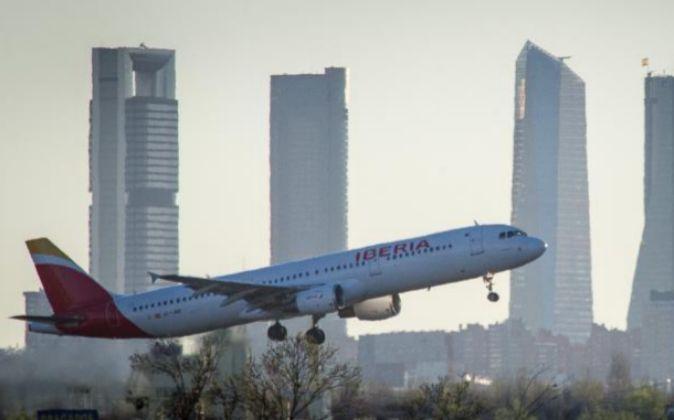 Avión de Iberia despegando del aeropuerto Adolfo Suárez...