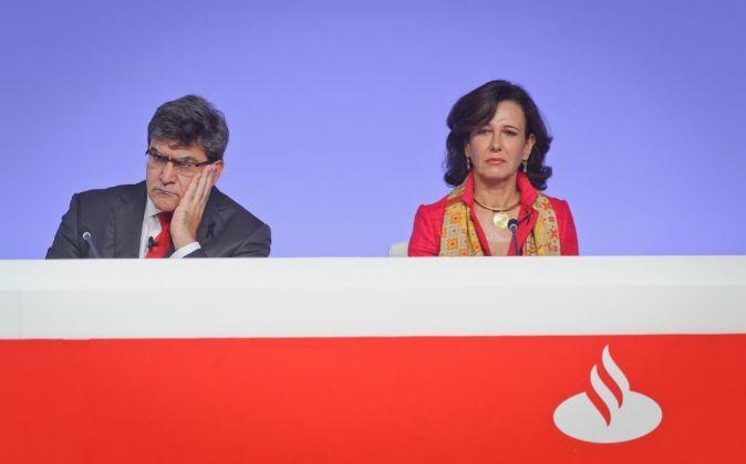 Ana Botín, presidenta de Santander, junto con José Antonio Álvarez,...