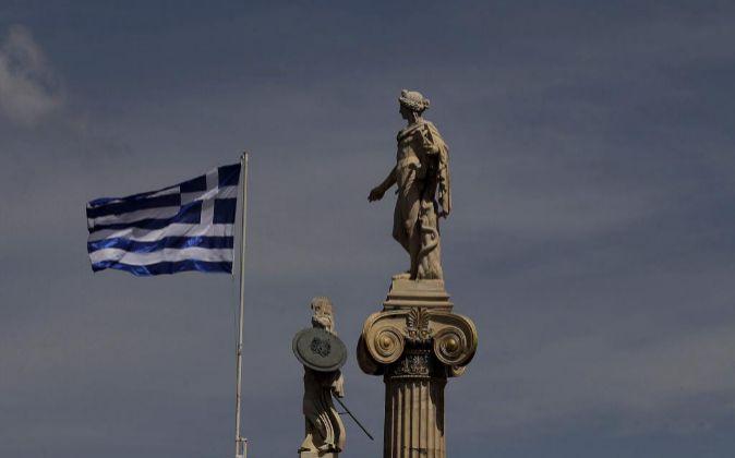Una bandera griega ondea en la capital helena.