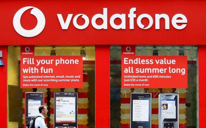 Un hombre pasa por delante de una tienda de Vodafone, en Londres