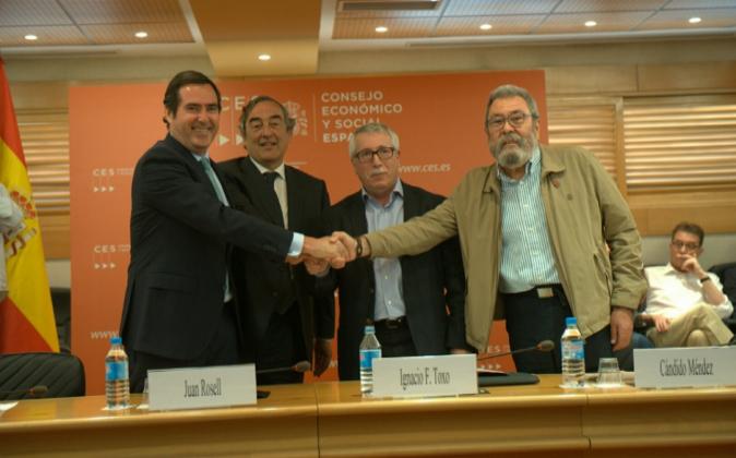 Los representantes de Cepyme, CEOE, CCOO y UGT firman el pacto...