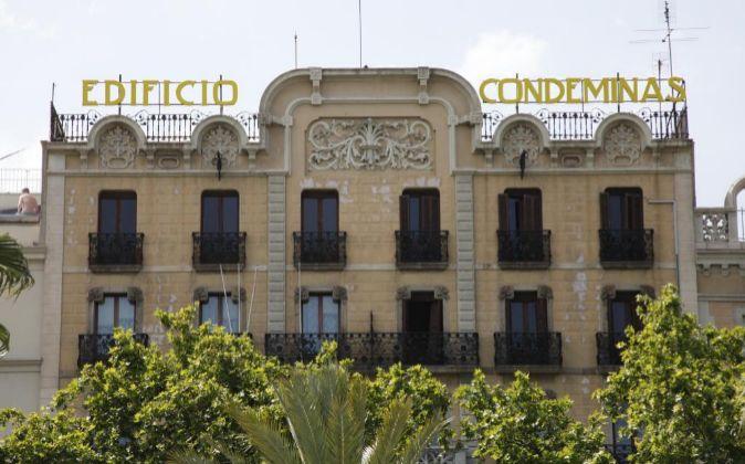 El Edifico Condeminas está situado en el número 11 del Paseo Colón...
