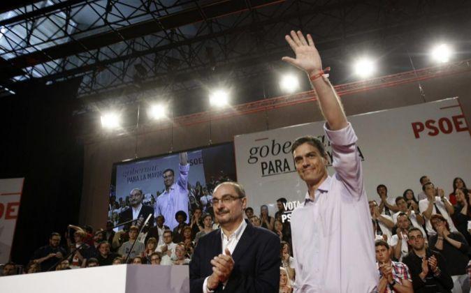 El secretario general del PSOE, Pedro Sánchez, con el líder de los...