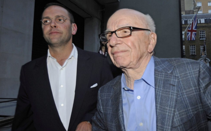 El magnate Rupert Murdoch (dcha.), junto a su hijo James.