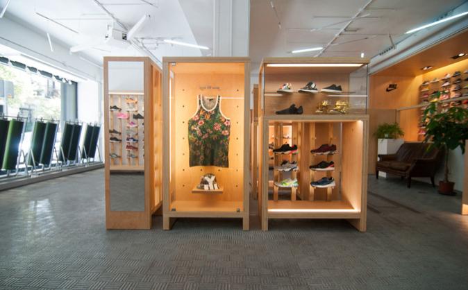 Las zapatillas se guardan en vitrinas en la tienda Sivasdescalzo, en...