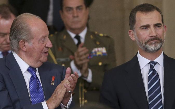 Don Juan Carlos, junto a su hijo, el Rey Felipe VI, durante el solemne...