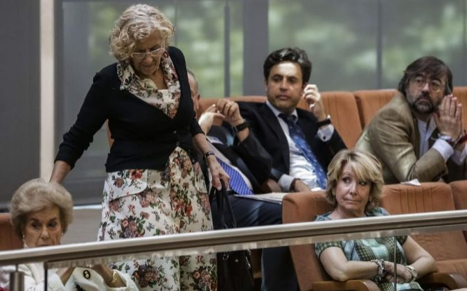 Esperanza Aguirre observa a Manuela Carmena en la investidura de...