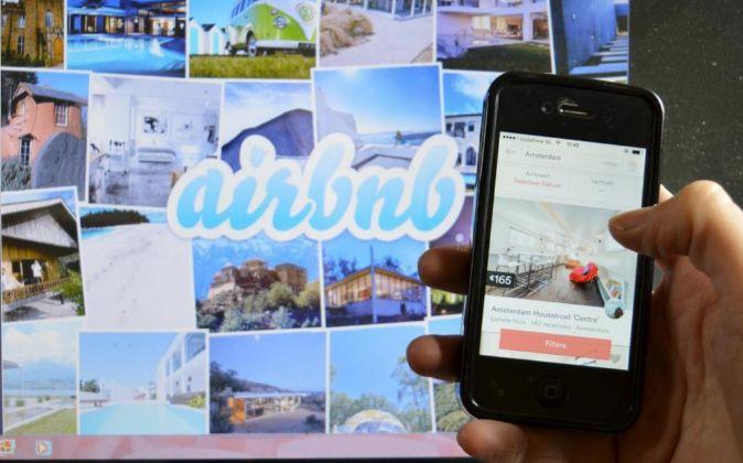 Página web de Airbnb y teléfono móv,il con la aplicación de la...
