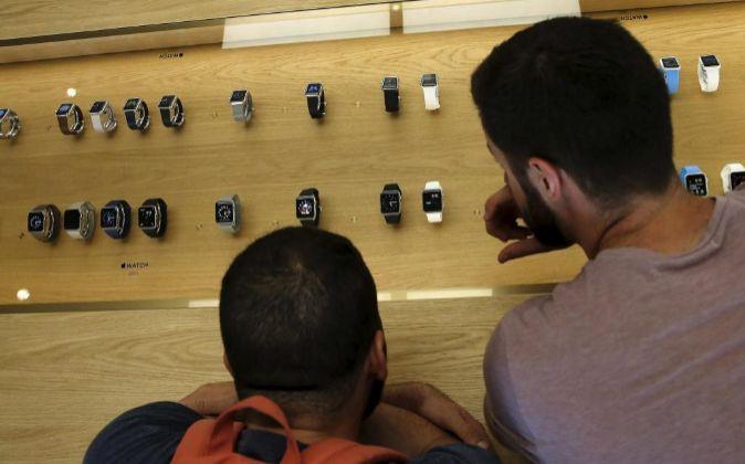Los consumidores pudieron ayer comparar los modelos de Apple Watch en...