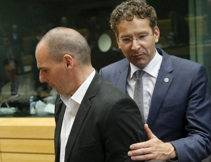 El ministro de Finanzas griego, Yannis Varufakis, junto al presidente...