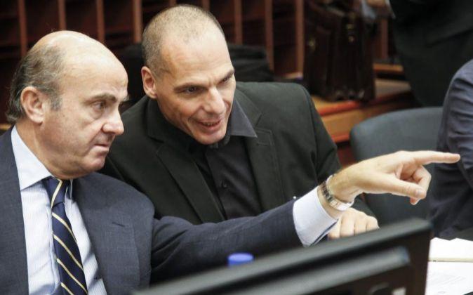 El ministro español de Economía, Luis de Guindos, con el griego,...