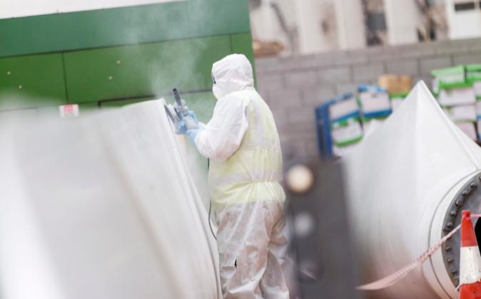 Operario repara una pala de aerogenerador en instalaciones cercanas a...