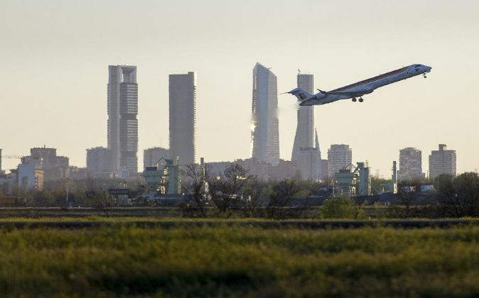 Avión despegando en el aeropuerto de Barajas.