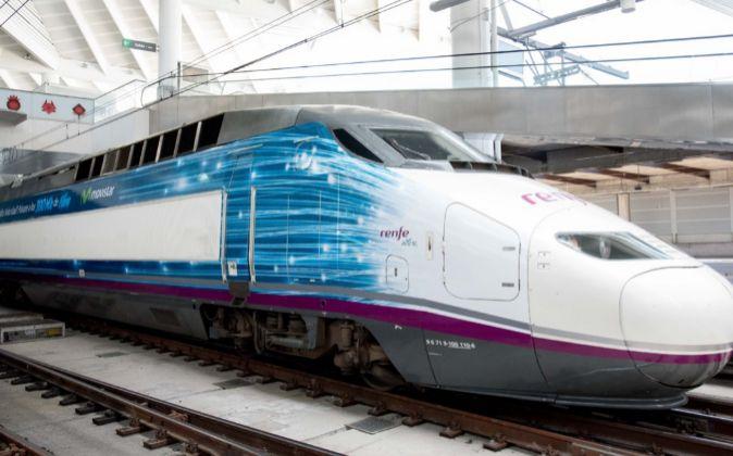 Tren AVE con publicidad de Movistar.