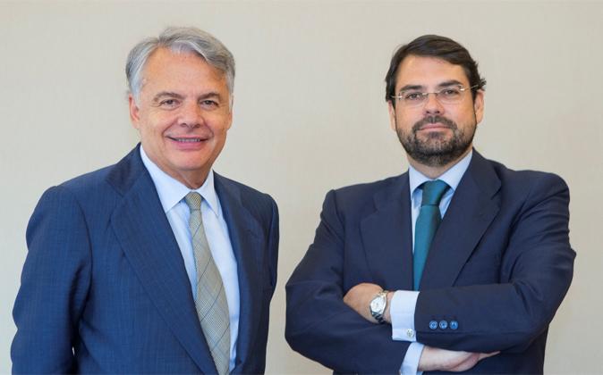 Ignacio Garralda (izda.), presidente de Mutua Madrileña, junto a...