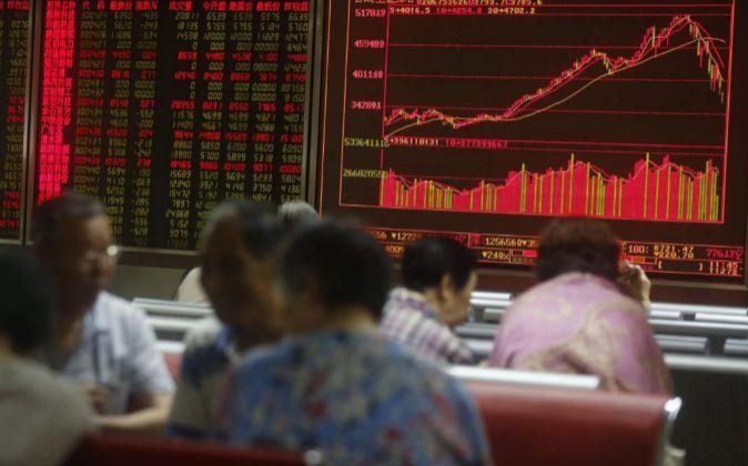Inversores chinos ante las pantallas con la evolución de los mercados