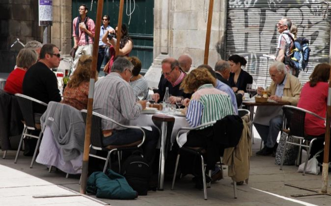 Personas comiendo en una terraza del Barrio Gótico de Barcelona.