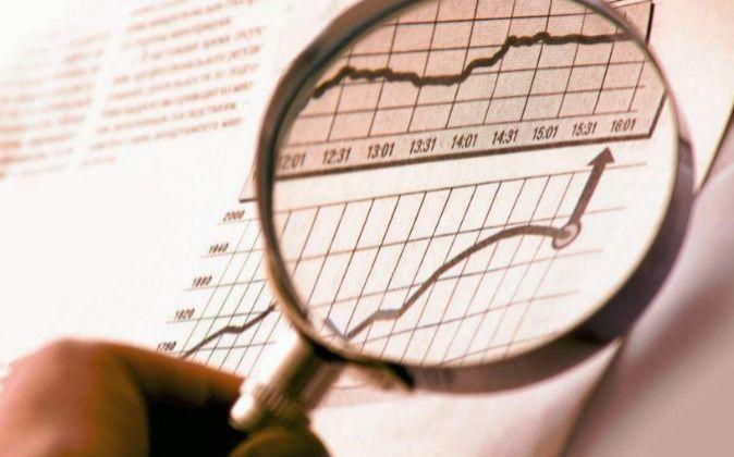 Imagen de una lupa sobre un gráfico