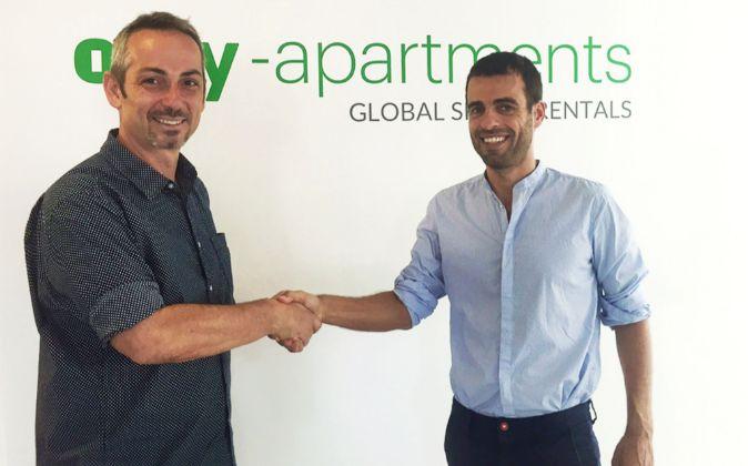El cofundador de Only Apartments, Alon Eldar, con el fundador de...
