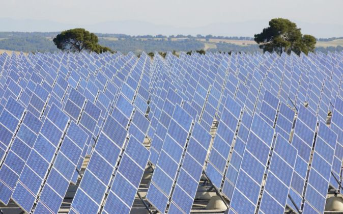 Paneles solares en una planta de Zaragoza.