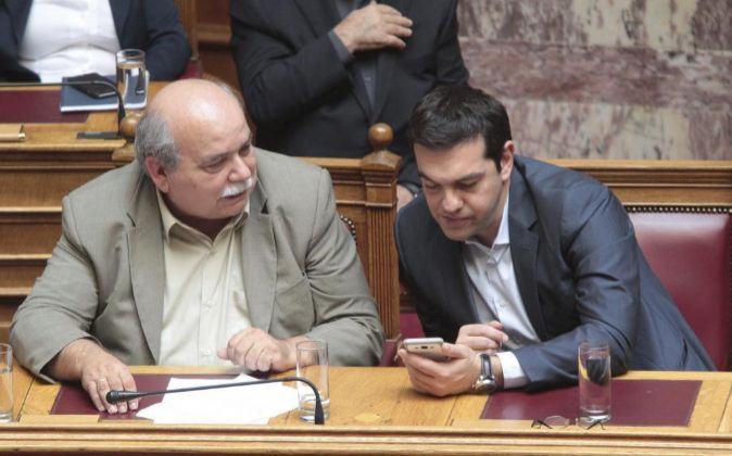 El primer ministro griego, Alexis Tsipras, pendiente del teléfono...