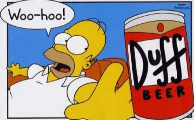 Homer Simpson, junto a su clásica lata de cervezas Duff.