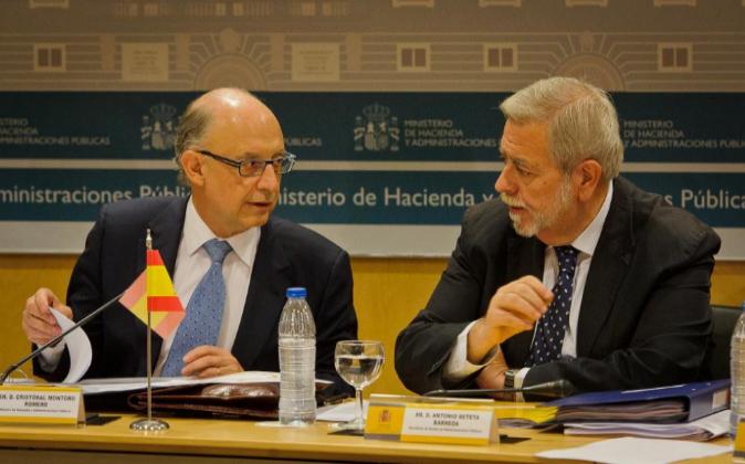 El ministro de Hacienda, Cristóbal Montoro, con el secretario de...