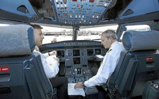 Pilotos en la cabina de un avión.