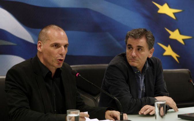 Varoufakis (izquierda) junto Euclides, su sustituto como ministro de...
